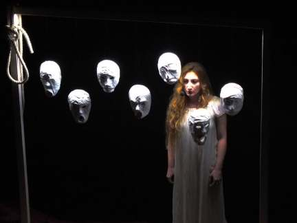 """Foto di scena della performance """"Chi siete?"""" (attrice Doriana Vovola) alla Biennale di Venezia 2015 nella cornice dell'ArtNight Venice"""