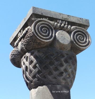 Colonna a forma di cesto