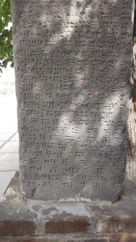 Iscrizione cuneiforme del Re urartiano Rusa II (basso)