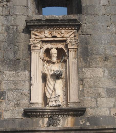 La statua di San Biagio a protezione dell'ingresso della città