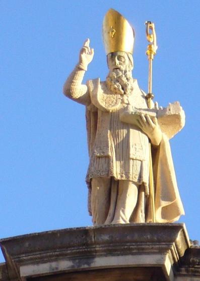 La statua di San Biagio sulla sommità della chiesa