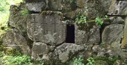 Croci scolpite su uno dei muri esterni.
