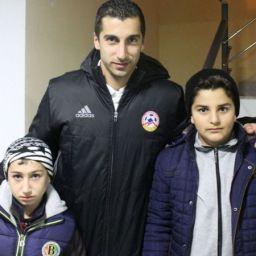 Mkhitaryan realizza il sogno del figlio del soldato caduto