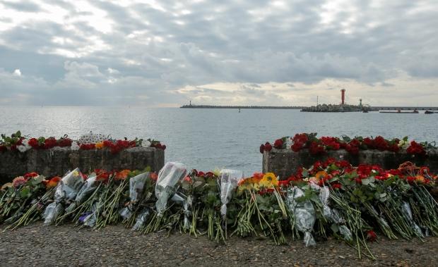 fiori-per-le-vittime-del-disastro-aereo
