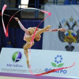 La ginnasta armena Anna Svirina esegue un incredibile esercizio ad occhi bendati – VIDEO