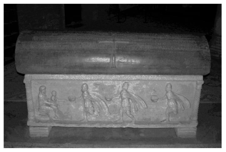 """Ravenna, Basilica di S. Vitale. Sarcofago (IV-V sec.) dell'e[xarco"""" Isaacio (625-643). Fronte con l'iscrizione greca nel coperchio e scena di adorazione dei Magi nella cassa."""