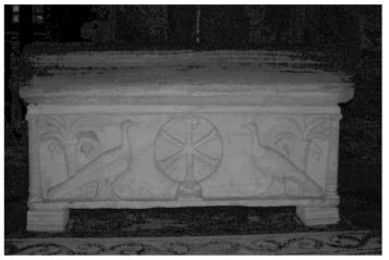 """Ravenna, Basilica di S. Vitale. Sarcofago (IV-V sec.) dell'e[xarco"""" Isaacio (625-643). Retro con iscrizione latina nel coperchio e pavoni affrontati a monogramma cristologico nella cassa."""